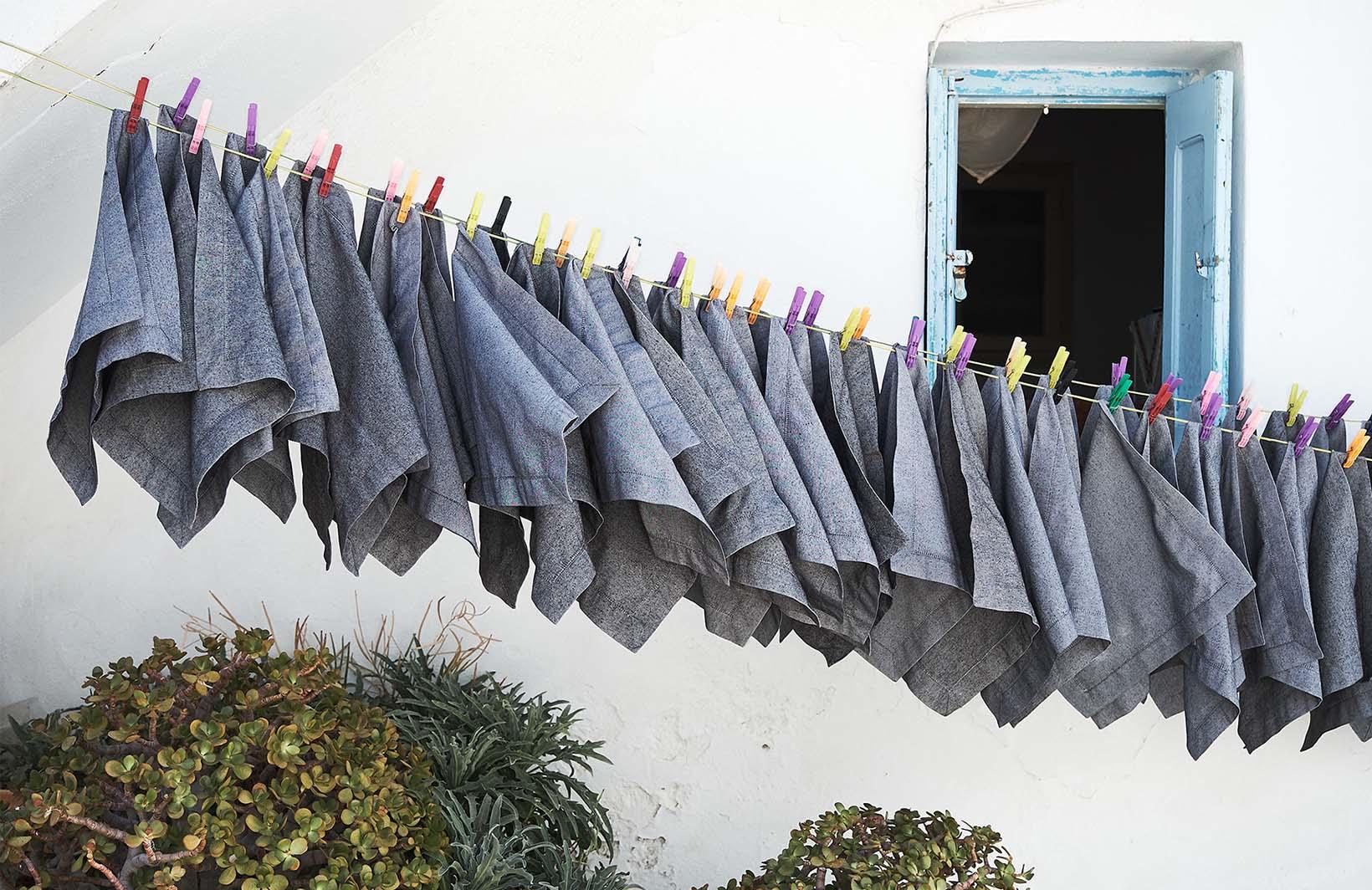 Колоритные фотообои с открытым окном и сохнущим бельем на веревке Узоры на Стене